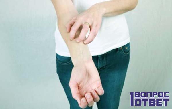 Девушка чешет руку правую