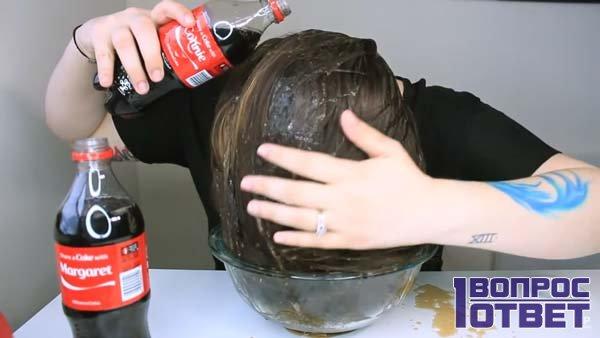 Девушка полоскает волосы