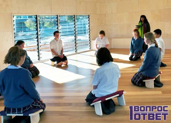Группа занимается медитацией
