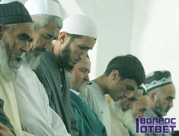 Группа мусульман перед отказом от мяса свиньи