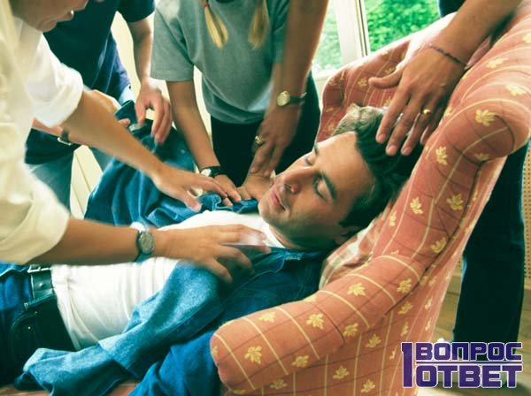 Мужчина потерял сознание, ему помогают нашатырем