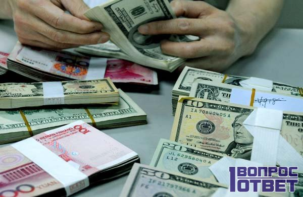 Покупает доллары в обменном пункте