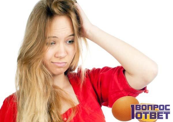 Озадаченная девушка думает, зачем зубная паста яйцам?