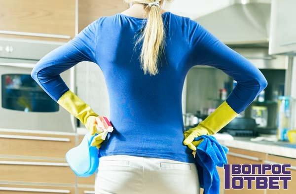 Хозяйка готовится к уборке на кухне