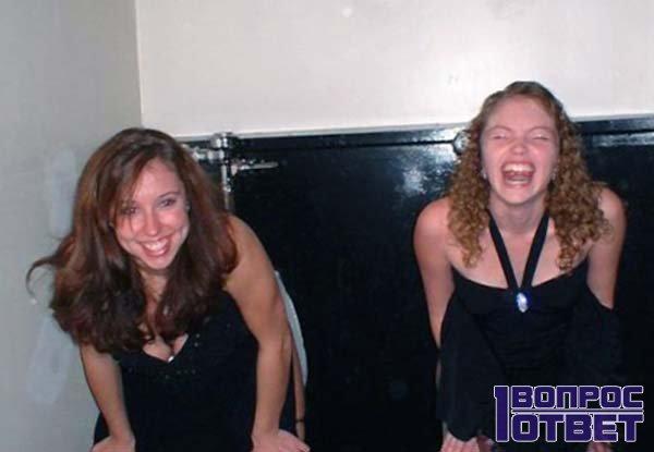 Две девочки у раковин