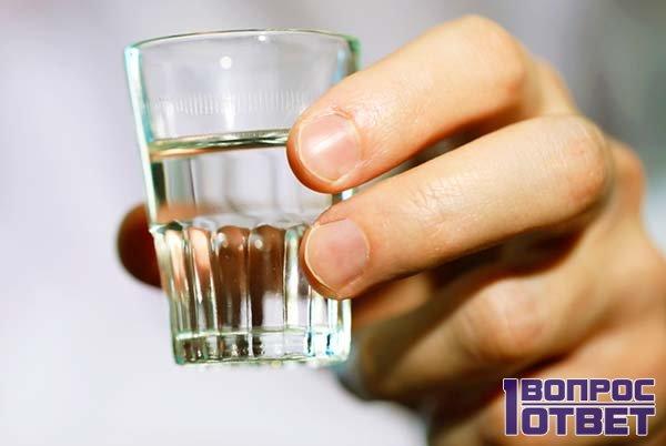 Разбавленный спирт в стакане