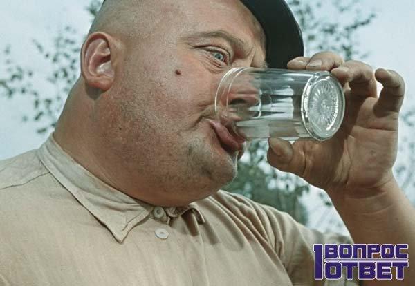 Самогонщик пьет водку разбавленную