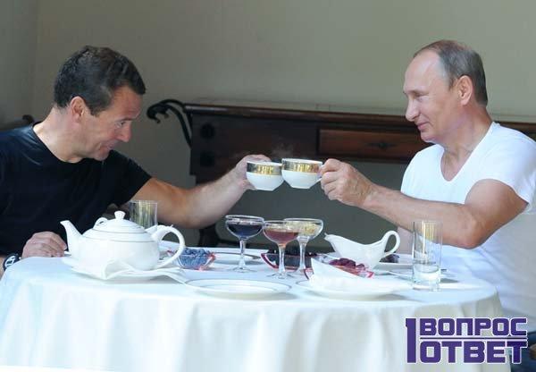 Медведев и Путин пьют чай на даче