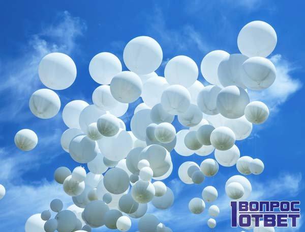 Белые воздушные шары в небе