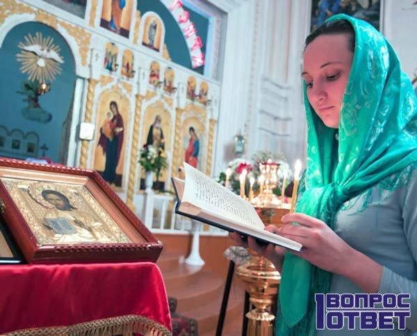 Читает молитву, которая избавит ее мужа от вредных привычек