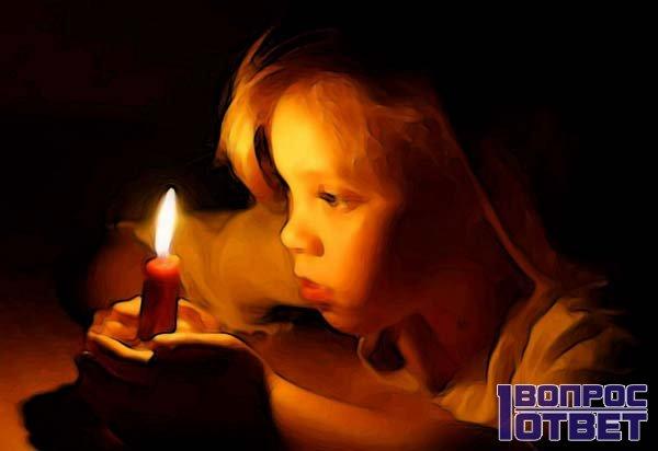 Девочка читает заговор для удачи