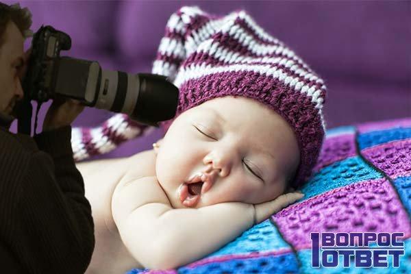 Спящий малыш на кровати