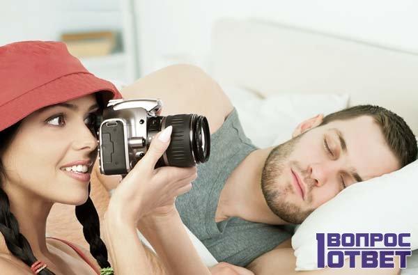 Девушка фотографирует спящего парня