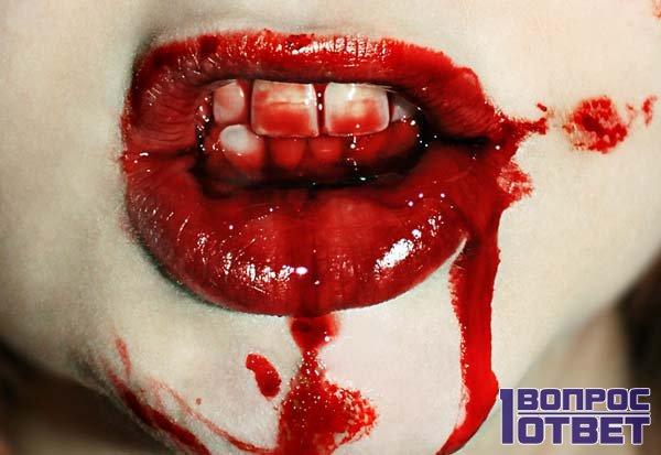 Рот в крови