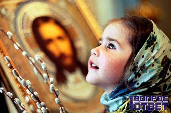 Девочка верит в чудо иконы