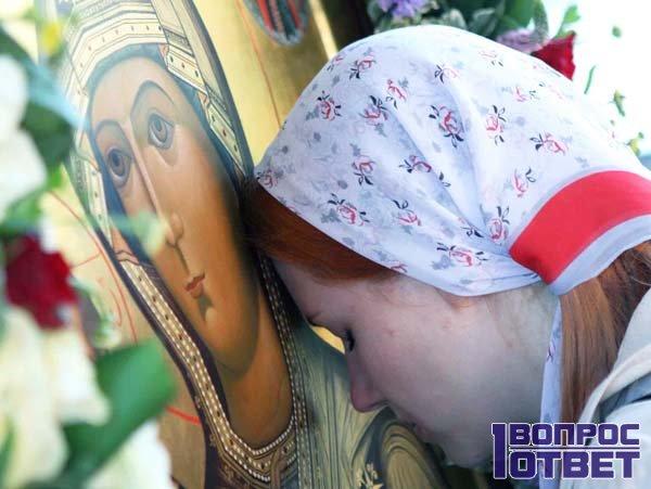 Молится перед иконой за здравие