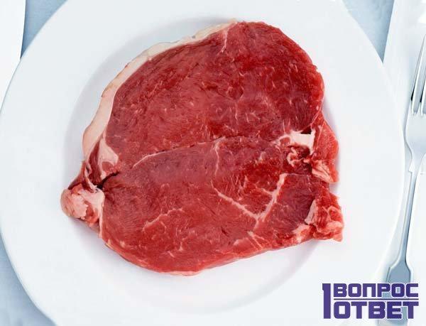 Мясо с кровью на тарелке