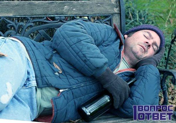 Пьяный отец на лавочке
