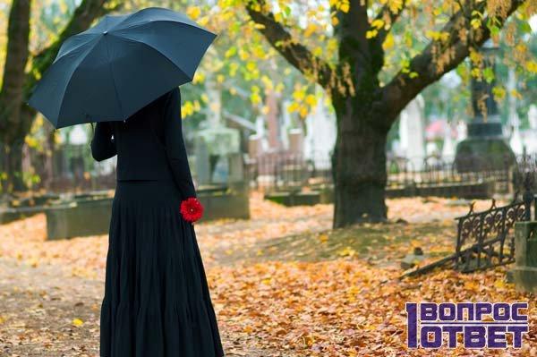 Девушка ходит по кладбищу