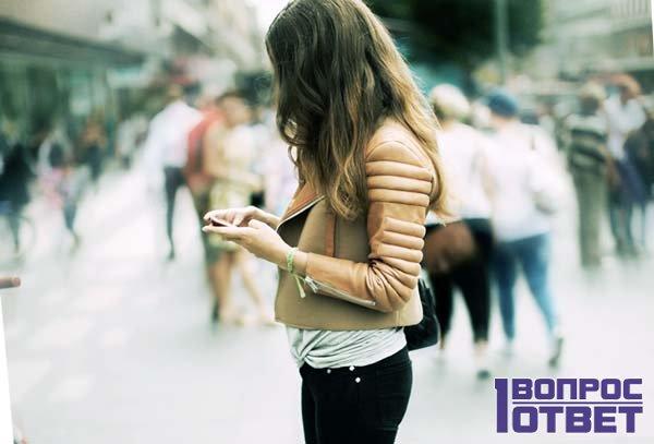 Девушка занимает деньги через мобильный