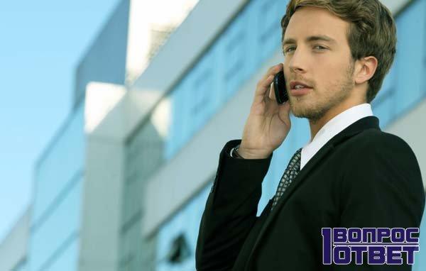 Кредитор разговаривает по телефону