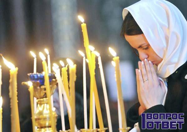 Девушка молится святой