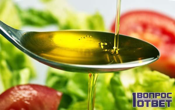 Растительное масло наливают в ложку