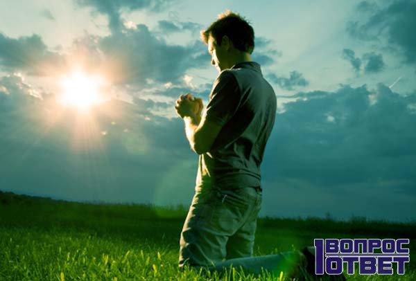 Парень молится на закате