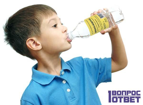 Ребенок пьет перекись водорода из бутылочки