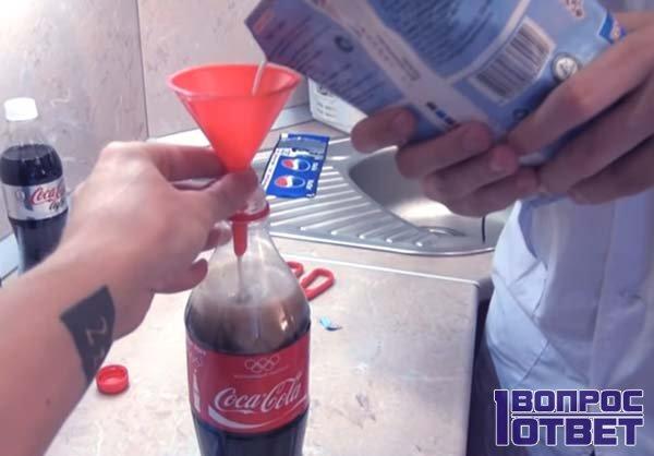 Пакет молока заливают в горлышко кока-колы