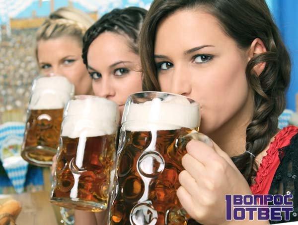 Три женщины пьют пиво с удовольствием