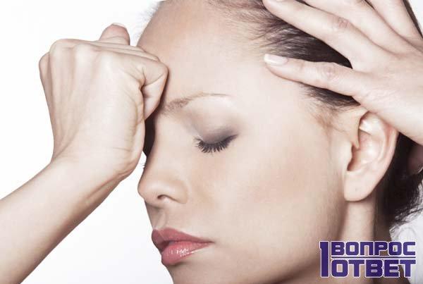 Женщина с сильной головной болью
