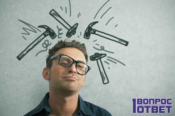 Мужчина страдает от сильной головной боли