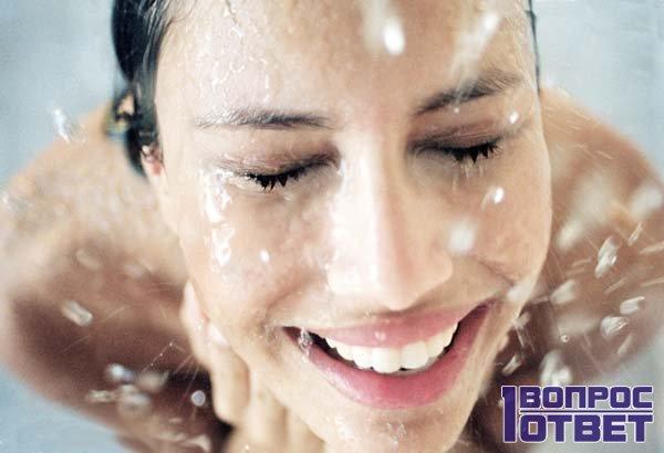 Девушка принимает душ из горячей и холодной воды попеременно