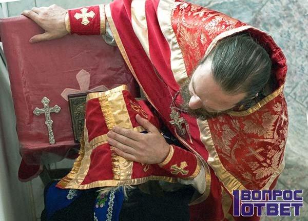 Девушка исповедуется священнику