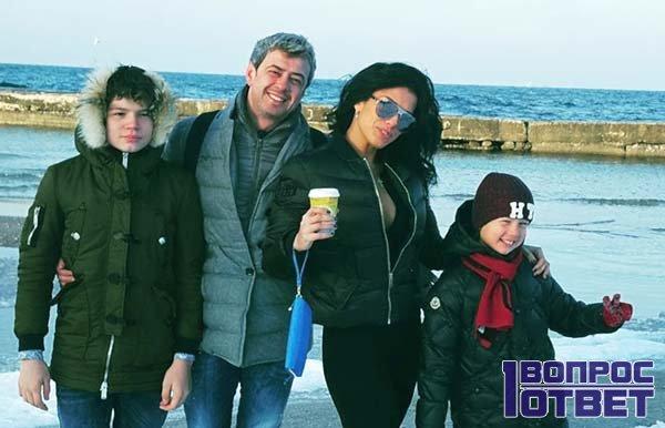 Ольга со своей семьей на море