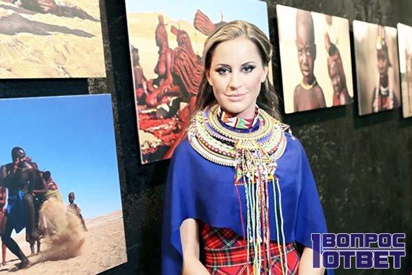 Ольга на своей выставке в египетском наряде