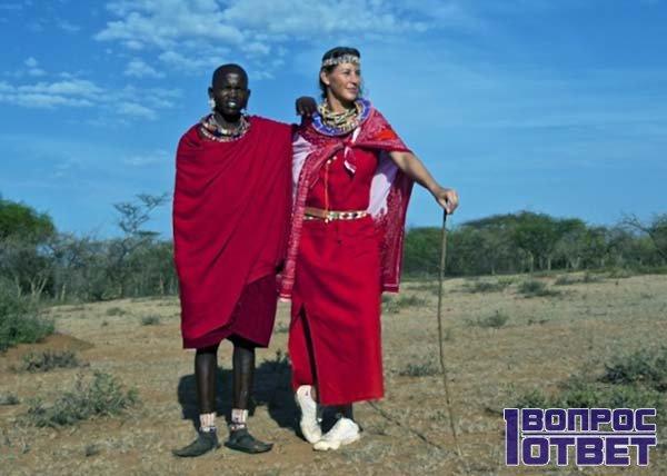 Стоит с туземцем в Африке
