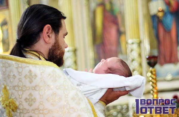Крестный отец во время обряда