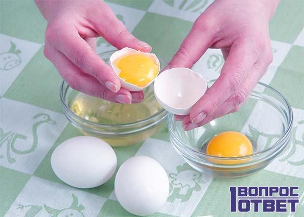 Парень собирается съесть сырые яйца