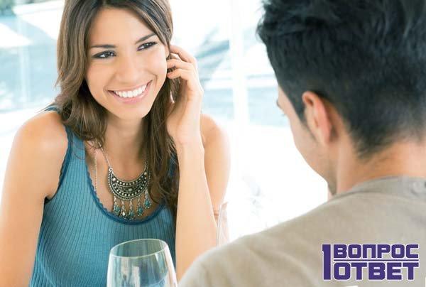 Он ухаживает за красивой девушкой в ресторане