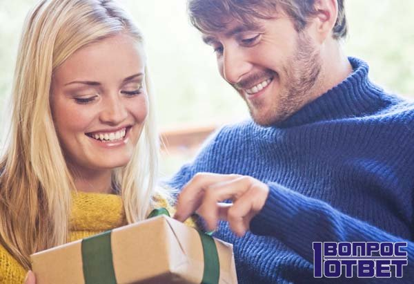 Мужчина дарит подарок - коробку с сюрпризом