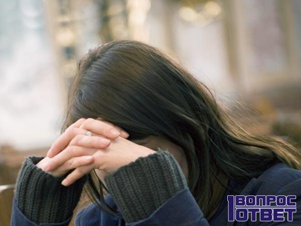 Девушка совершает молитву