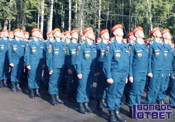 Сотрудники МЧС в оранжевых головных уборах