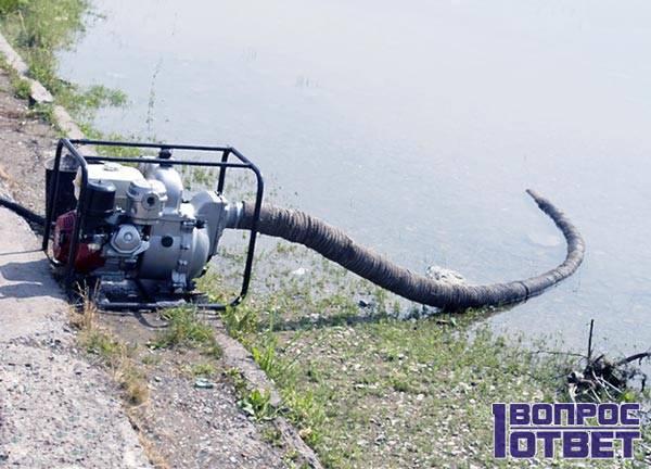 Водяной насос работает у реки