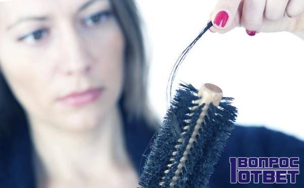 Выпадение волос у девушки - на расческе