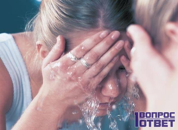 Умывается специально приготовленной водой