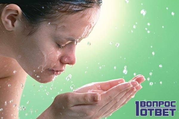 Смывает мицеллярную воду с лица