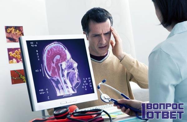 Невролог осматривает пациента