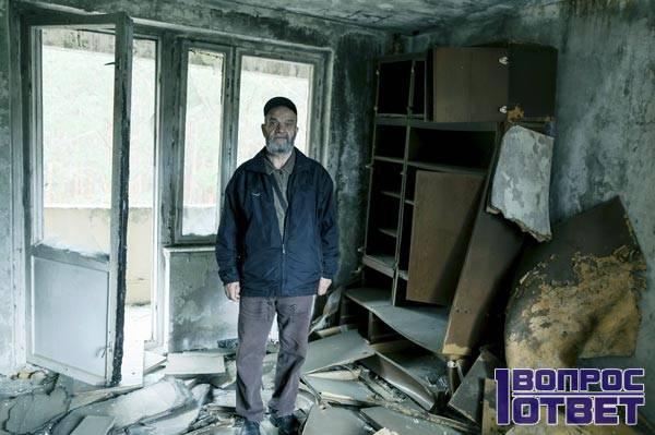Мужчина в своем бывшем доме в Припяти